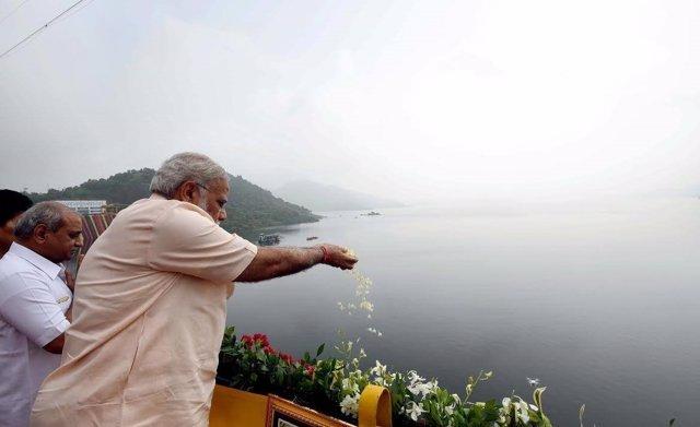 Narendra Modi inaugura la presa de Sardar Sarovar