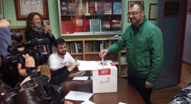 Adrián Barbón vota en las primarias a la Secretaría General de la FSA