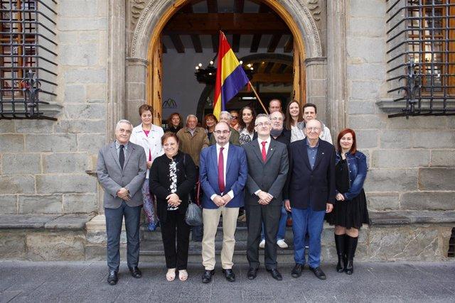 Lambán asiste al acto de memoria histórica en el Ayuntamiento de Jaca.