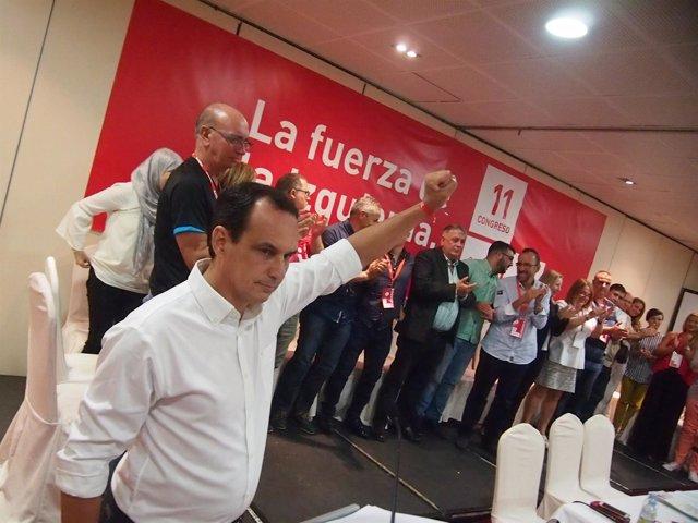Manuel Hernández levanta el puño en el Congreso del PSOE de Ceuta