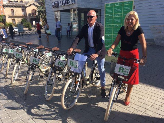 El delegado de Fomento presenta las nuevas bicicletas del servicio Bus+Bici