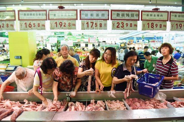 Clientes eligen carne en la ciudad de Hangzhou, en China