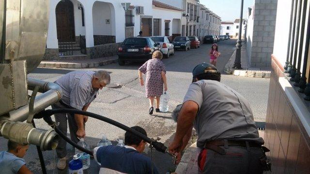 Vecinos de humilladero recogen agua de un camion cisterna