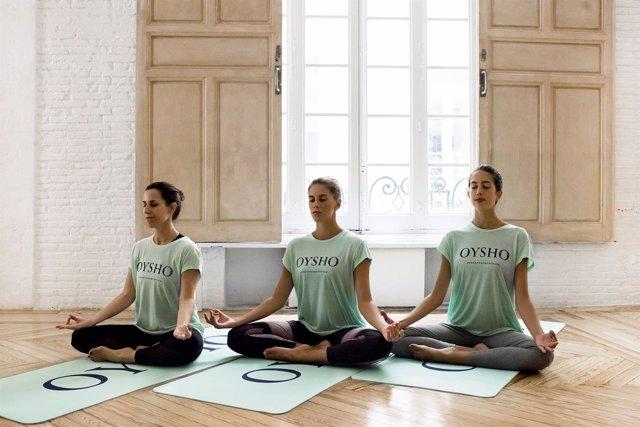 Mercedes de la Rosa, Lourdes Mohedano y Alejandra Quereda haciendo yoga
