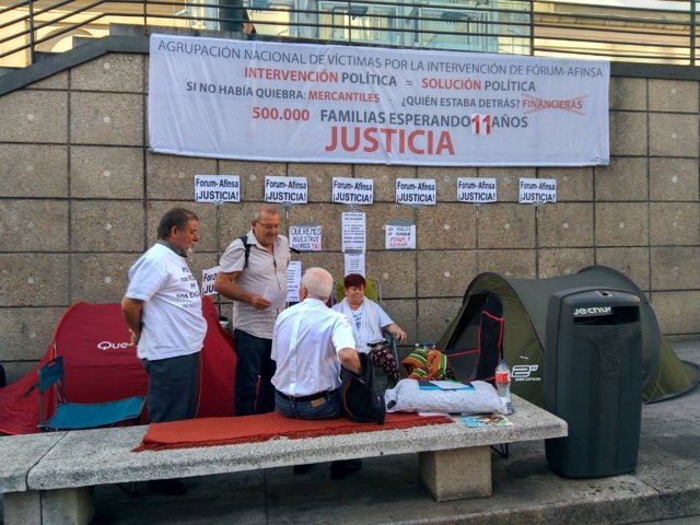 Campamento de los manifestantes junto al Reina Sofía