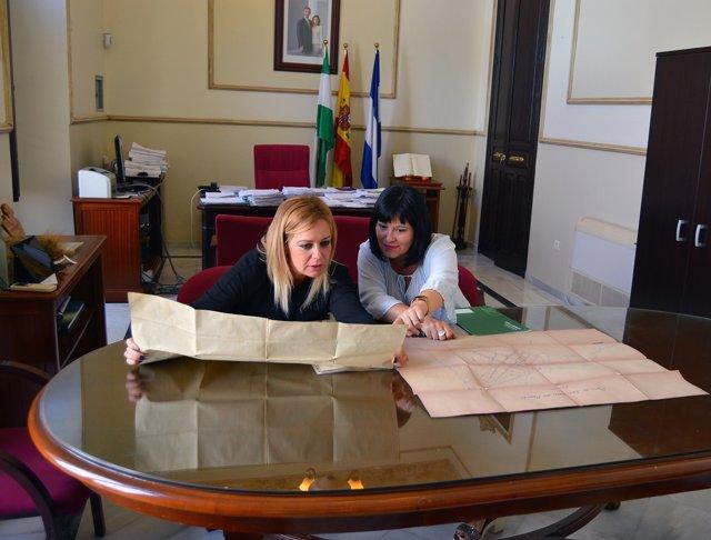 Carmen Solana, junto a la alcaldesa de San Juan del Puerto.