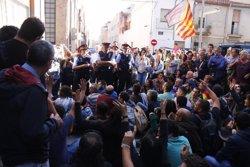 Mig centenar de persones bloqueja el pas de la comitiva judicial que ha d'entrar a la seu d'Unipost a Terrassa (ACN)