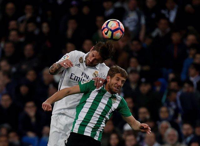 Darko Brasanac salta con Sergio Ramos por un balón en un Real Madrid-Betis