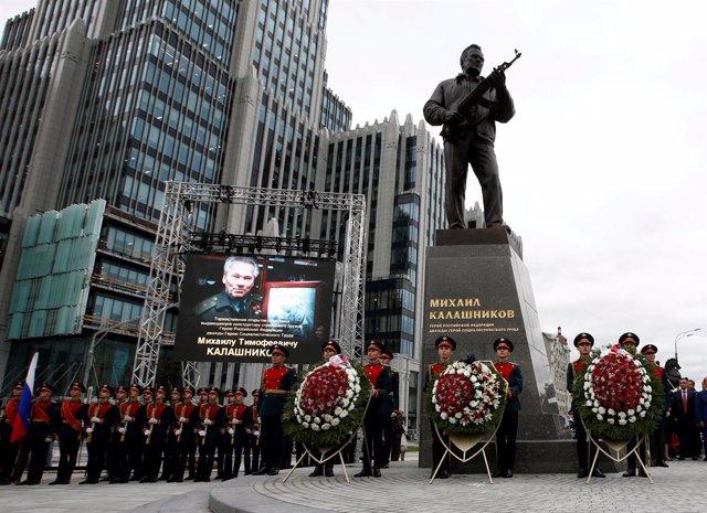 Monumento homenaje al inventor del Kalashnikov en Moscú