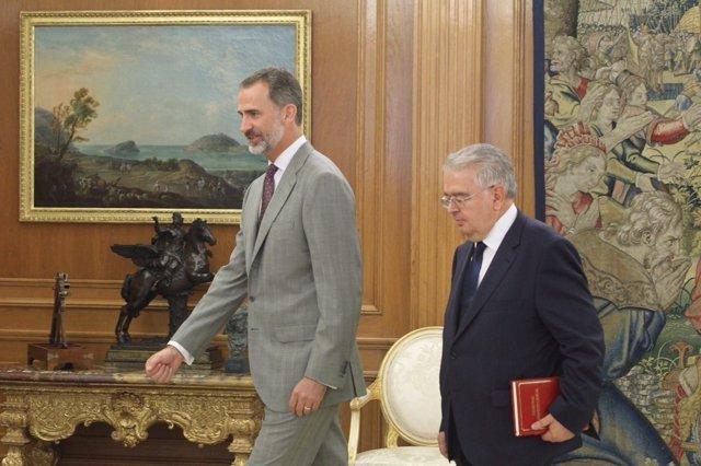 El presidente del TC, Juan José González Rivas, entrega al Rey la Memoria Anual