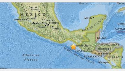 Un fuerte sismo de 7,4 grados sacude a México