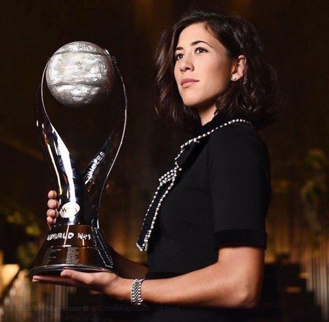 Garbiñe Muguruza recoge su trofeo que la acredita como número 1 WTA