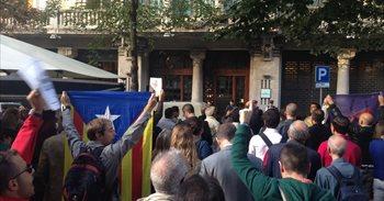 """Varios centenares de personas se concentran ante Economía de la Generalitat por el registro: """"Votaremos"""""""