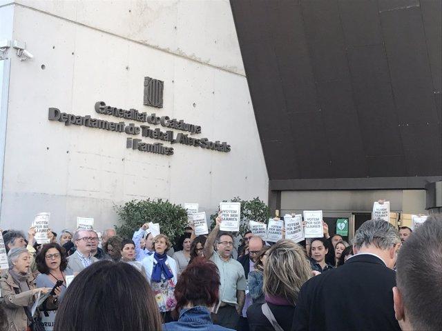 Trabajadores protestan a las puertas de Asuntos Sociales de la Generalitat.