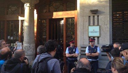 1-O.- Los centenares de concentrados ante Economía cortan la Gran Via en el centro de Barcelona