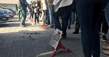Depositan claveles a los pies de agentes de la Guardia Civil en Asuntos Sociales