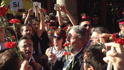 Más de 2.000 concentrados ante la Conselleria de Economía cortan la Gran Via