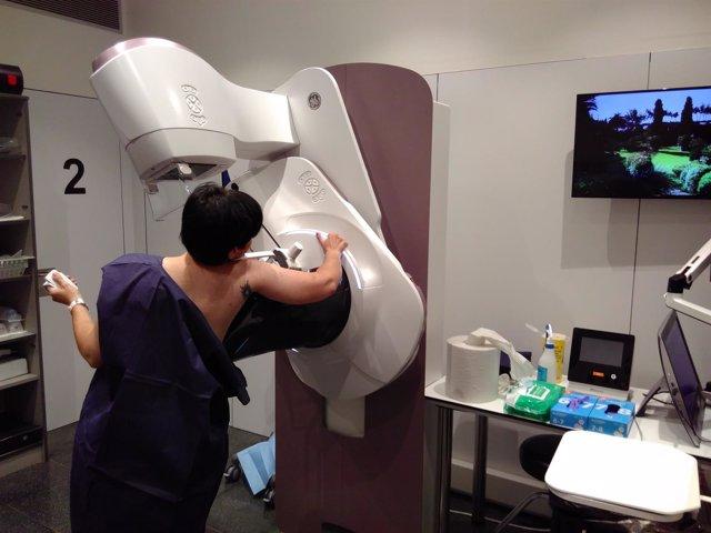 Una mujer realizando una mamografía con autocompresión en el Hosp.Del Mar