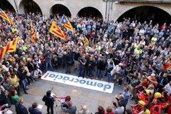 Més de 2.000 persones acompanyen l'alcaldessa de Girona i l'alcalde de Palafrugell a fiscalia per defensar l'1-O (ACN)