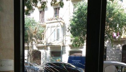 Lanzan un ladrillo contra la entrada de la sede del PSC de Barcelona