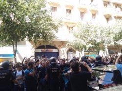 La Policia Nacional requisa cartells a la seu de la CUP (EUROPA PRESS)