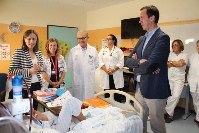 Los delegados de Salud y Educación visitan el aula hospitalaria de Torrecárdenas