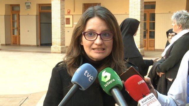 Mónica Oltra atiende a los medios de comunicación en imagen de archivo