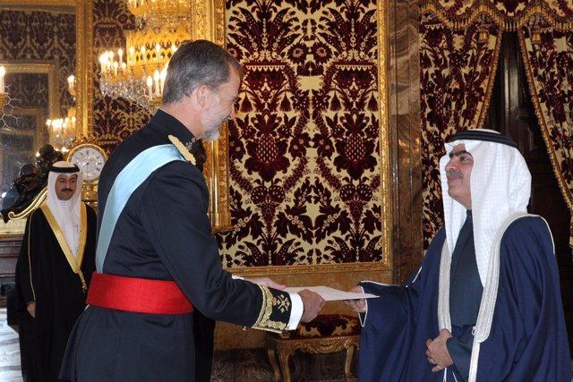 El rey recibe la carta credencial del embajador de Bahrein