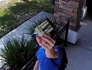 Un joven encuentra una cartera y la deja intacta en el hogar del dueño