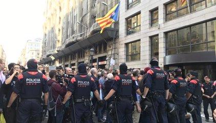 Insultan a los Mossos por ayudar a la Guardia Civil en la concentración ante la consejería de Exteriores