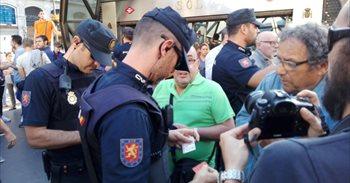 Enfrentamientos verbales en Sol con gritos cruzados de 'Arriba España', 'Fuera fascistas' y 'Democracia y libertad'