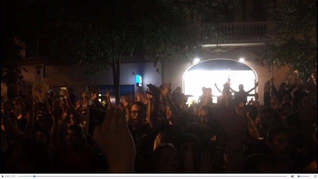 Concentración ante la CUP tras la marcha de la Policía