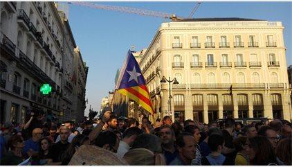 """Una abarrotada Puerta del Sol clama por la """"libertad"""", la """"democracia"""" y el """"derecho a decidir de los catalanes"""""""