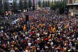 Milers de persones desborden la rambla d'Aragó i l'avinguda Catalunya de Lleida en suport al Govern (ACN)