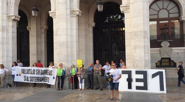 Concentración de vecinos de Pilarica ante las puertas del Ayuntamiento