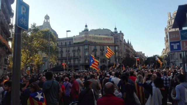 Protesta ante la sede de la Conselleria de Economia en la Rambla Catalunya