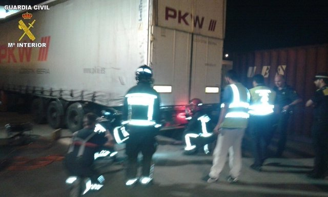 Rescatan a tres inmigrantes ocultos en una batea en Melilla