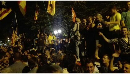 Miles de personas siguen concentradas ante Economía pese a disolverse la movilización