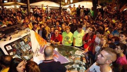 Centenares de personas rodean el cuartel de la Guardia Civil en Manresa (Barcelona) y colocan una 'estelada'