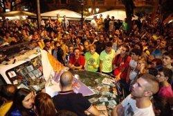 Centenars de persones envolten la caserna de la Guàrdia Civil a Manresa (Barcelona) i hi col·loquen una estelada (AUGC)