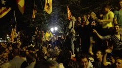 Els Mossos allunyen els concentrats davant la Conselleria d'Economia perquè la Guàrdia Civil pugui sortir (Europa Press)