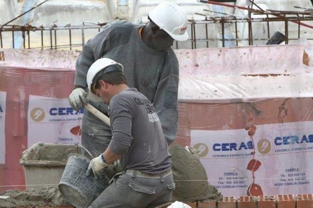 Imagen de unos trabajadores extranjeros en una obra