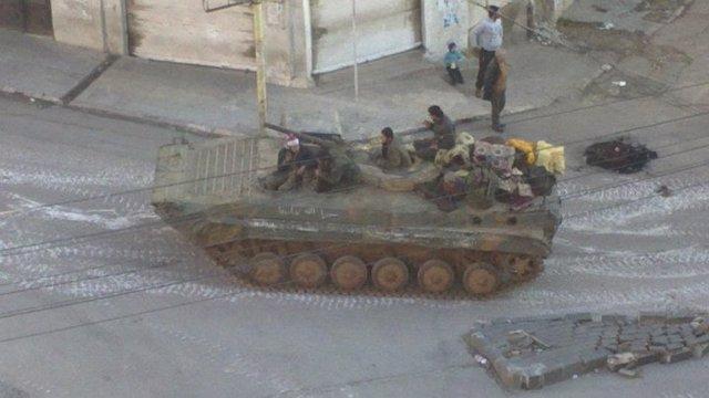 Militares sirios patrullando en un carro de combate