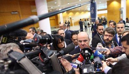 De Guindos propone negociaciones económicas y fiscales con Cataluña, si la Generalitat descarta el referéndum