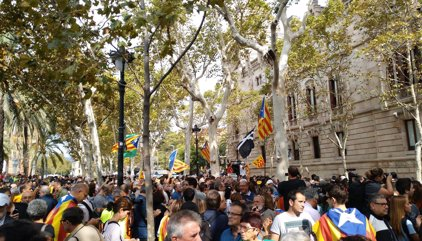 """Miles de personas se concentran ante el TSJC contra la """"represión"""" del Estado"""
