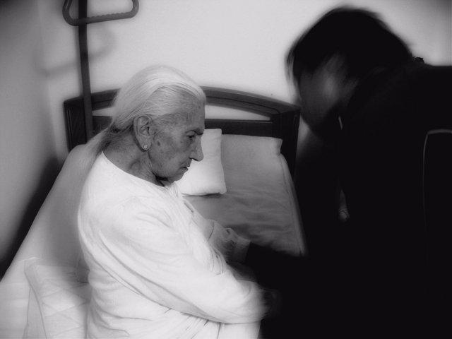 Mujer mayor, demencia, Alzheimer, cuidador