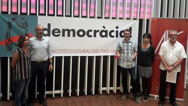 Representantes de Acció Cultural del País Valencià este jueves en València