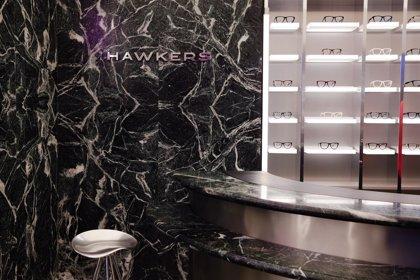 Hawkers entra en el mercado de las gafas graduadas y da el salto a la tienda física