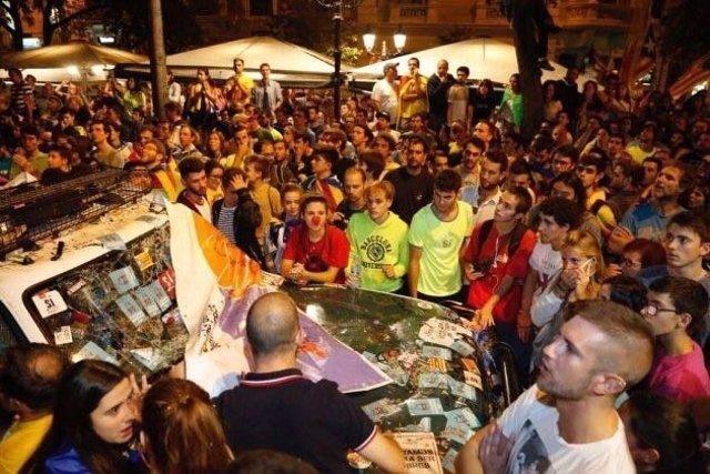 Coche patrulla de la Guardia Civil destrozado en Manresa