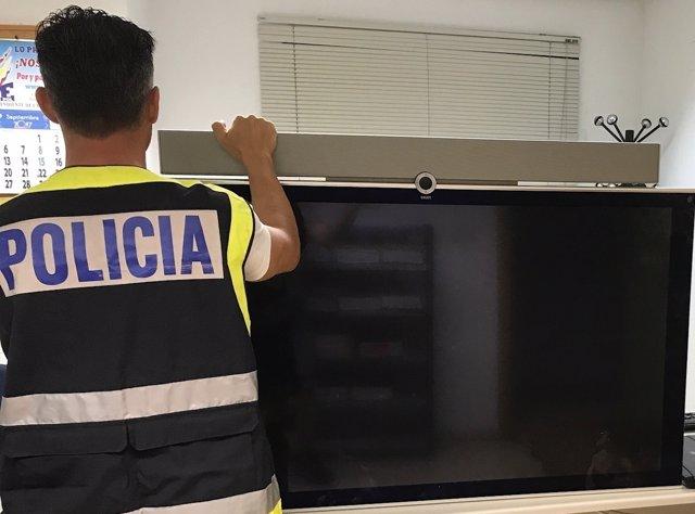 """Nota De Prensa Y Fotografía:""""La Policía Nacional Detiene A Un Hombre Como Presun"""